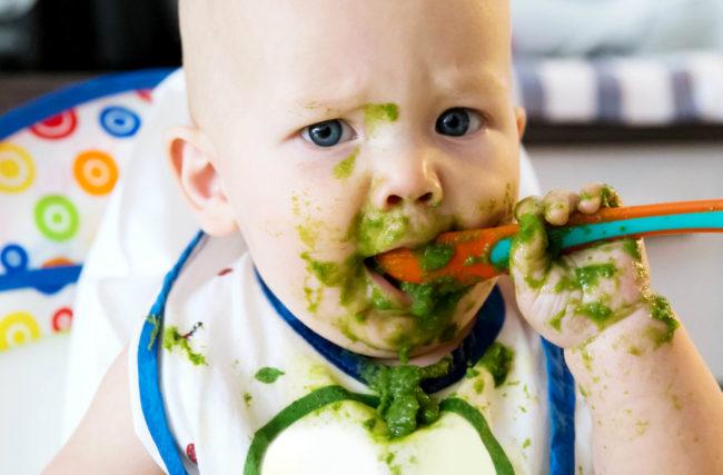 Bebê de 0 a 6 meses: Como e quando oferecer alimentos sólidos